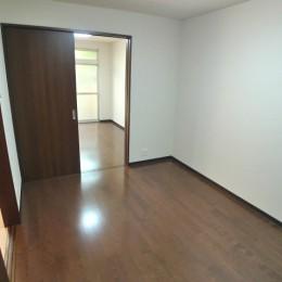 床と建具は茶色でお洒落。